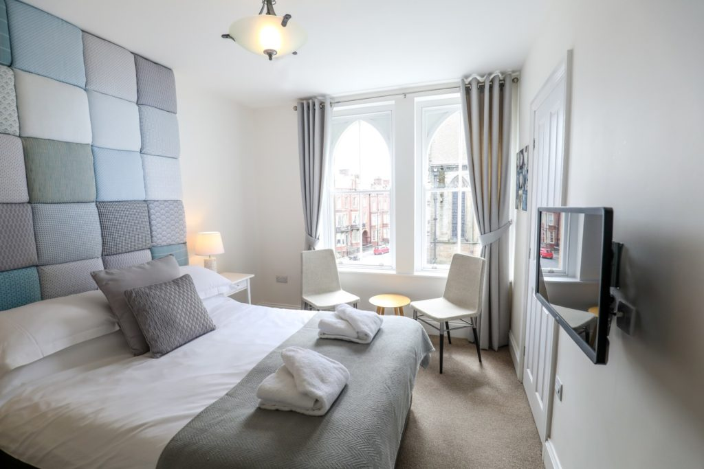 Double room - Room 6 bed & window